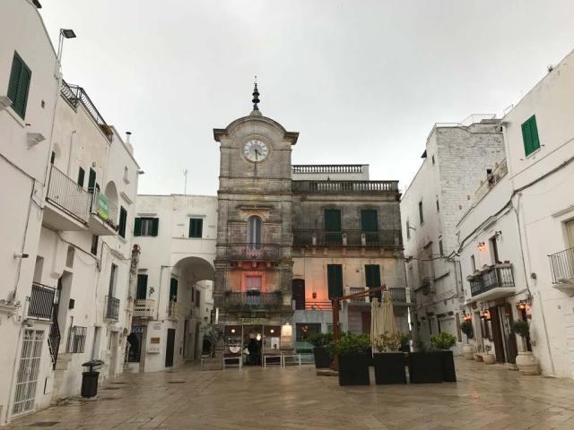Piazza Vittorio Emanuele con la Torre dell'Orologio è il cuore di Cisternino in Puglia