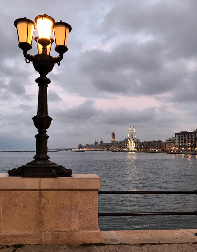 Il lungomare di Crollalanza a Bari è perfetto da visitare al tramonto: l'atmosfera è magica!