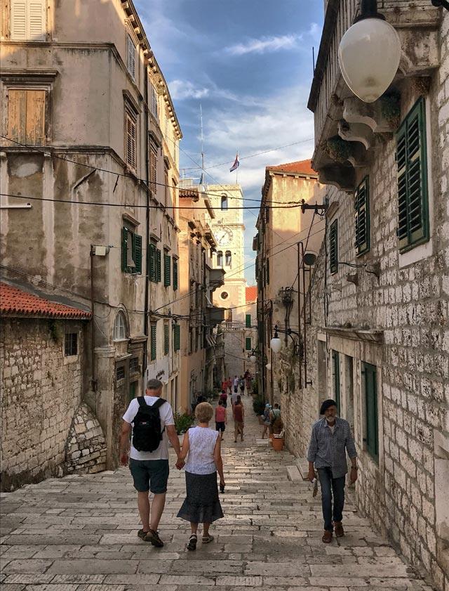 Le vie di Sebenico in Croazia regalano piazze deliziose, chiesette splendide e palazzi eleganti