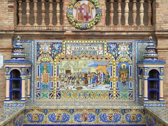 Plaza de España a Siviglia è decorata con azulejos colorati per ogni città spagnola