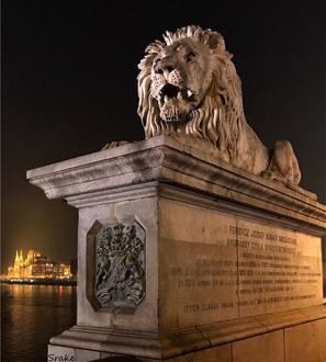 Il Ponte delle Catene coi suoi leoni è il simbolo di Budapest in Ungheria