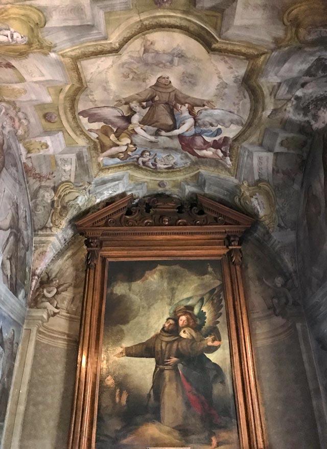 Il convento francescano della Madonna delle Lacrime di Dongo conserva una bella chiesa barocca