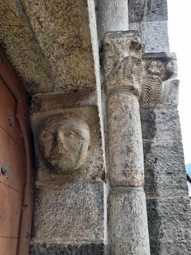 La Chiesa di Santa Maria in Martinico a Dongo ha affascinanti volti nel suo portale