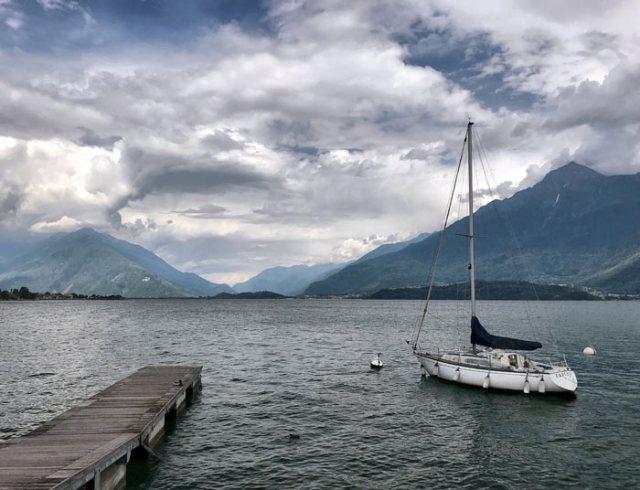 Il Lungolago di Gravedona è tranquillo e ha davanti il Lago di Como spalancato come una finestra