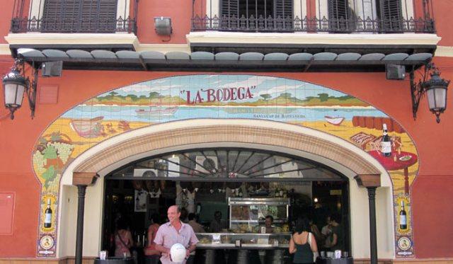 Il centro storico di Siviglia è costellato da negozi pittoreschi e strette vie