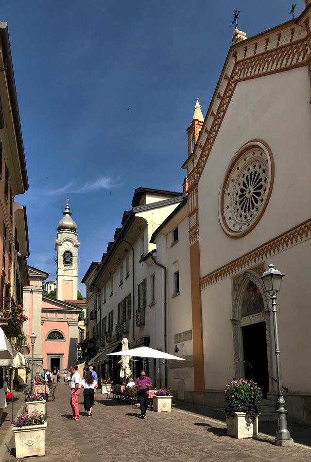 Via Calvi a Menaggio è splendida: si affacciano le chiese di Santa Marta e di Santo Stefano