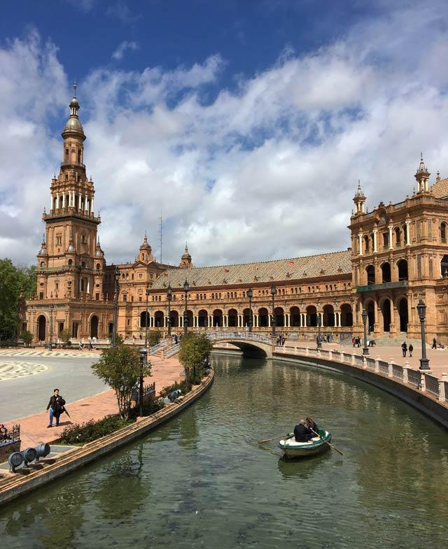 Plaza de España è il simbolo di Siviglia e un posto assolutamente da non perdere
