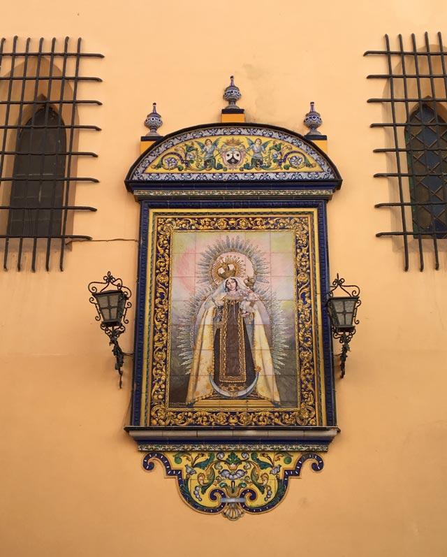 Triana è un quartiere di Siviglia famoso per le sue ceramiche e azulejos colorati