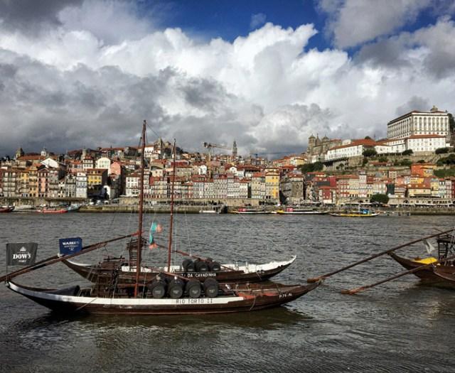 Il panorama con le barche tipiche sul fiume è la prima foto da scattare a Porto