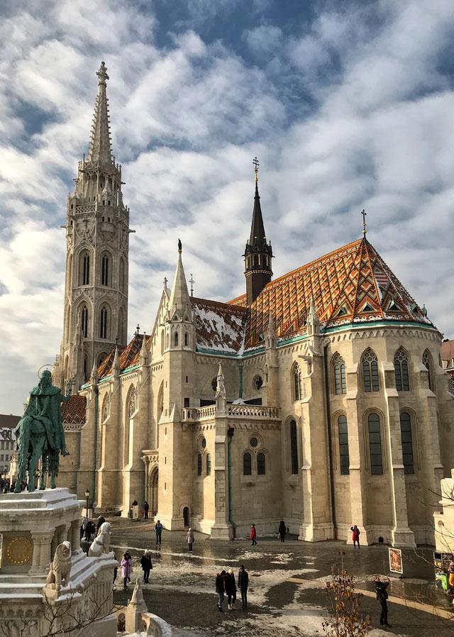 Nella Città Vecchia di Budapest bisogna visitare la Chiesa di Matyas in stile neogotico