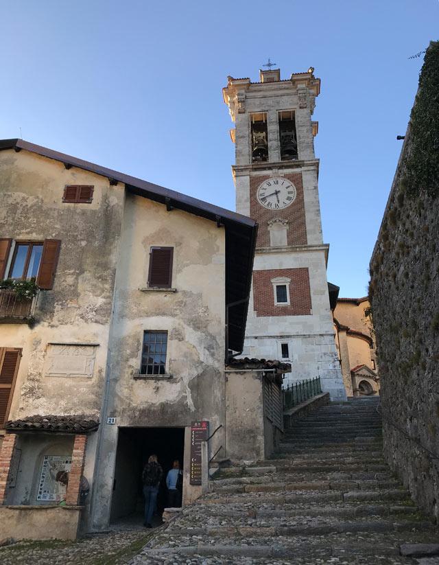 Il campanile del Santuario di Santa Maria del Monte a Varese spicca tra le case del borgo