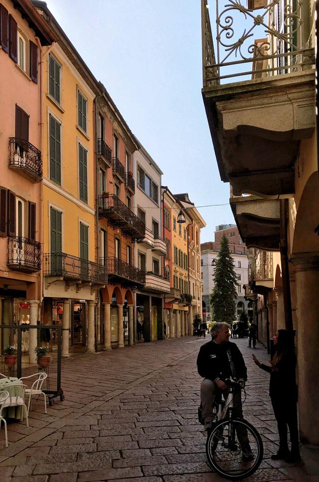 Varese Centro è una città a misura d'uomo, con tanta gente che passeggia o chiacchiera