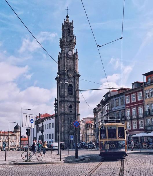 La Torre dos Clerigos coi suoi 75 metri è uno dei simboli di Porto in Portogallo