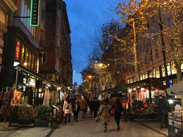 Via Váci è la strada pedonale vivace piena di negozi per lo shopping a Budapest