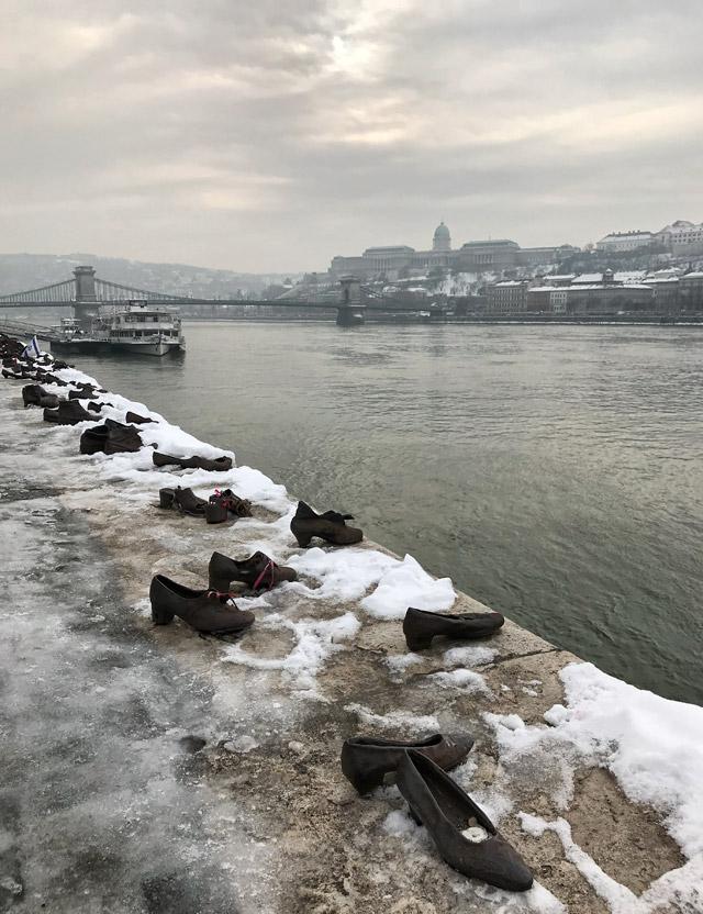 """Le """"Scarpe sulla riva del Danubio"""" è un memoriale dell'Olocausto a Budapest in Ungheria"""