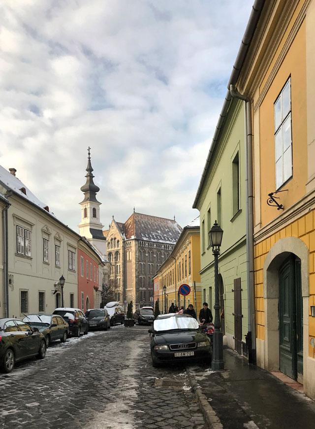 Il quartiere del Castello a Budapest ha tre vie con graziose case colorate