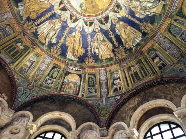 Il Battistero degli Ortodossi di Ravenna ha fantastici mosaici con gli apostoli