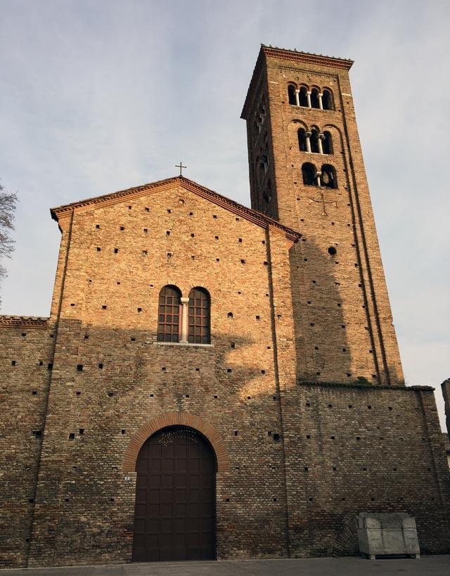 La splendida Basilica di San Francesco a Ravenna sorge accanto alla Tomba di Dante