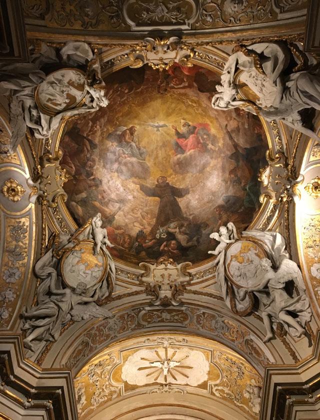 La Basilica di Sant'Apollinare Nuovo a Ravenna ha l'abside e cappelle in stile barocco