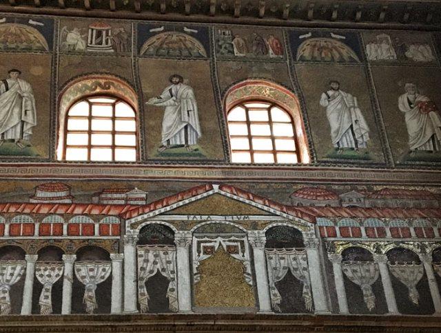 Nella basilica di Sant'Apollinare Nuovo a Ravenna è rappresentato il Palatium di Teodorico