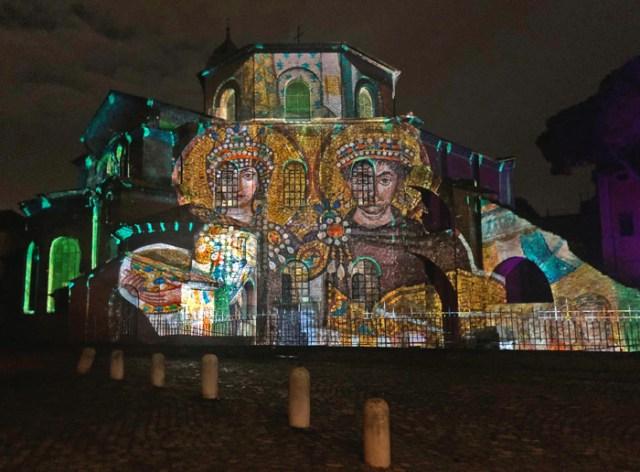 Ravenna a Natale brilla con le luci di videomapping su San Vitale e il Battistero degli Ariani