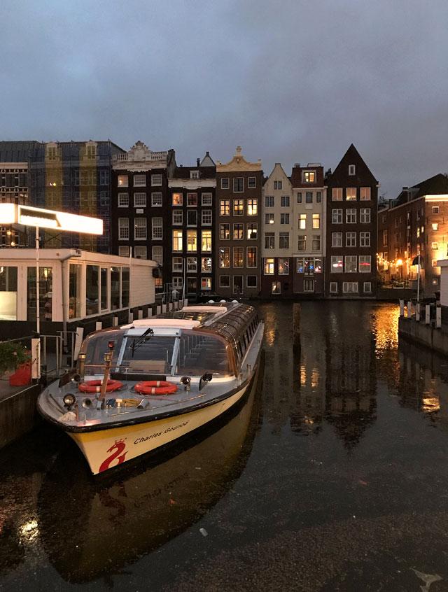 Amsterdam è una città unica ed è bello scoprirla con una crociera sui canali