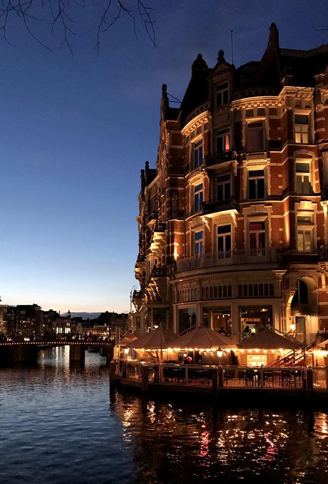 Il Café de Jaren è uno dei migliori bar di Amsterdam (anche per la sua vista)