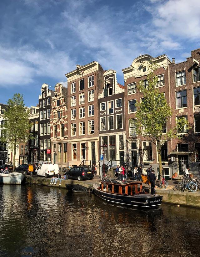 Le case di Amsterdam sono caratteristiche: affacciate sui canali una accanto all'altra con grandi finestre