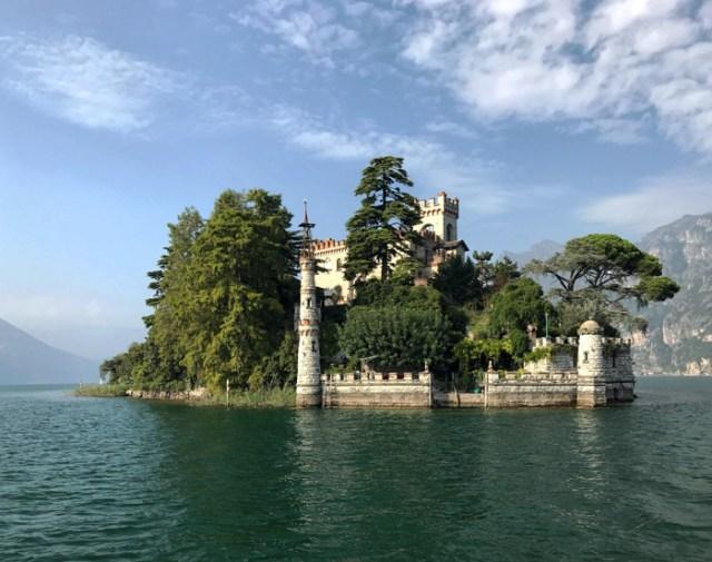 L'Isola di Loreto nel Lago di Iseo è pittoresca: ha una casa neogotica con torri!