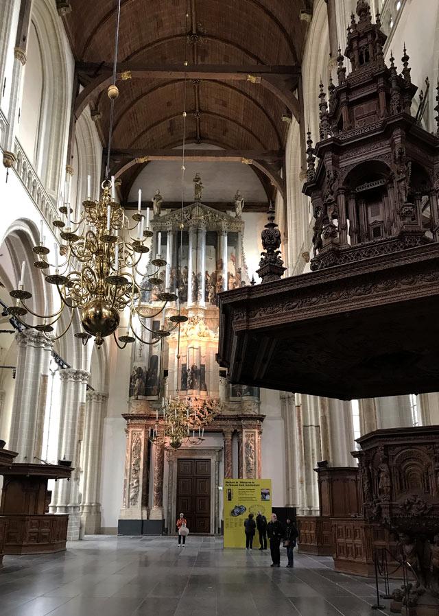 La Nieuwe Kerk di Amsterdam ha un magnifico pulpito intagliato e un grande organo