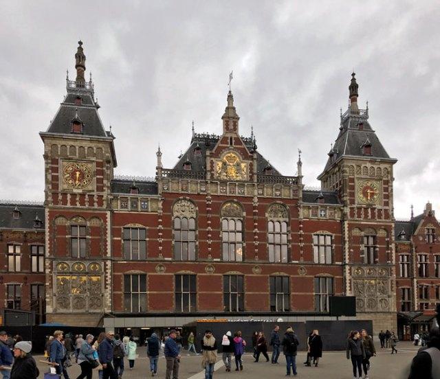 La Stazione Centrale in stile neo-rinascimentale è uno dei monumenti da fotografare a Amsterdam