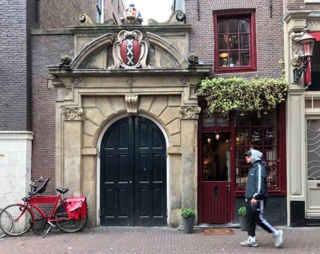 Le case di Amsterdam hanno insegne scolpite che servivano a distinguerle