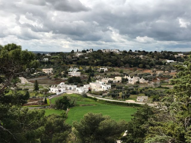 I giardini della Villa Comunale Giuseppe Garibaldi regalano una stupenda vista sulla campagna attorno Locorotondo