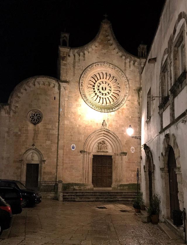 Nel cuore del centro storico di Ostuni c'è la ConCattedrale gotica col grande rosone