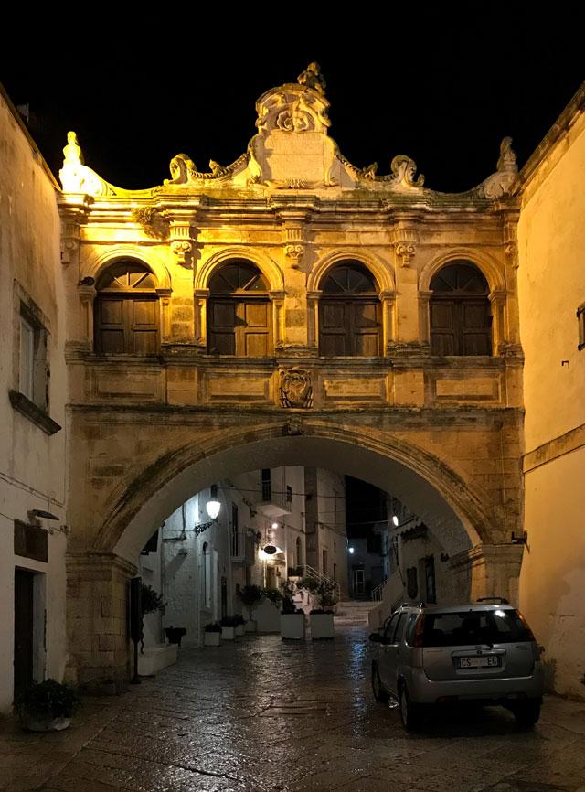 L'Arco Scoppa unisce le due ali del Palazzo Vescovile di Ostuni in Puglia