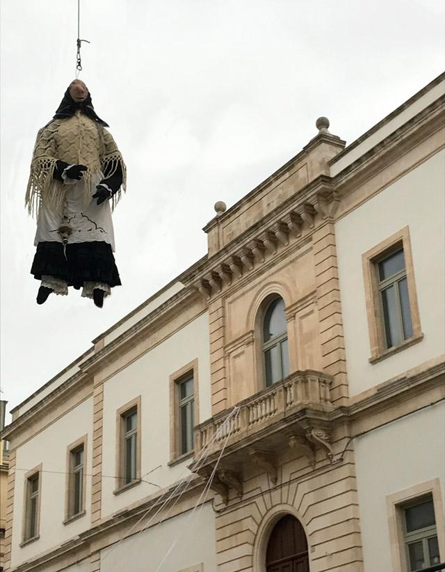 La Quarantana, la vedova del Carnevale, decora le vie di Locorotondo in Quaresima