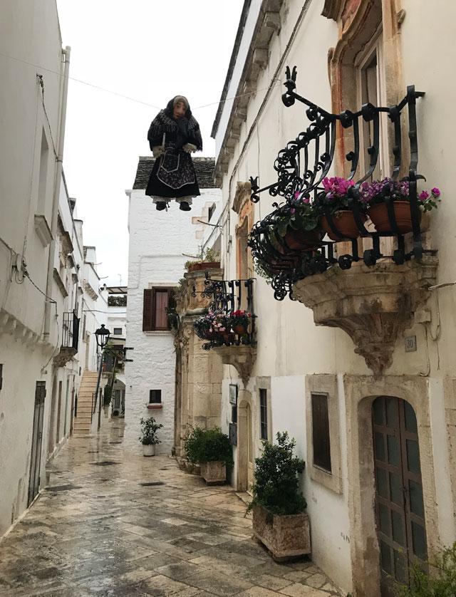 A Locorotondo e in tutta la Valle d'Itria in Puglia domina la pietra bianca locale