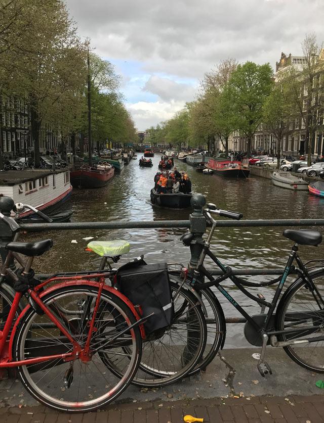 Il King's Day è la festa nazionale olandese: migliaia di barche solcano i canali per festeggiare