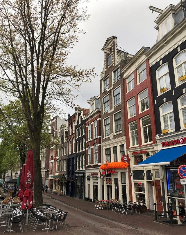 Le case dei Paesi Bassi sono decorate con bandiere o oggetti arancioni per il King's Day