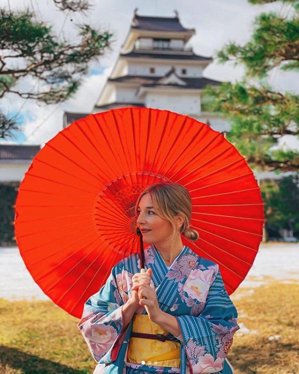 Marina Comes durante i suoi viaggi vuole vivere esperienze tipiche, come vestirsi alla giapponese