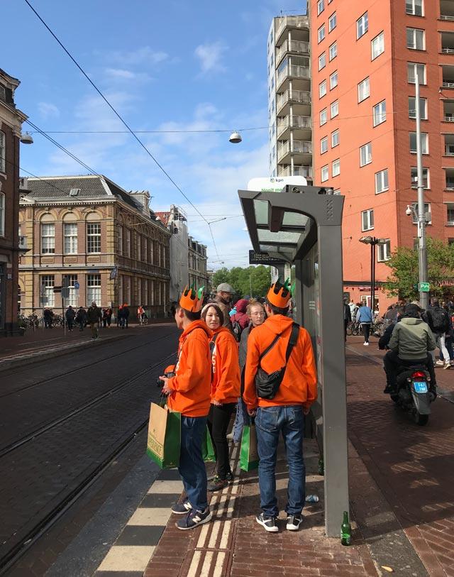 Nel King's Day a Amsterdam milioni di persone si riversano in centro a festeggiare