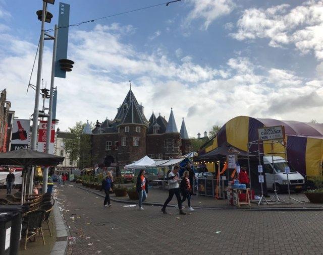 La mattina del King's Day Amsterdam si sveglia sonnacchiosa… ma si sente l'atmosfera di un giorno speciale!