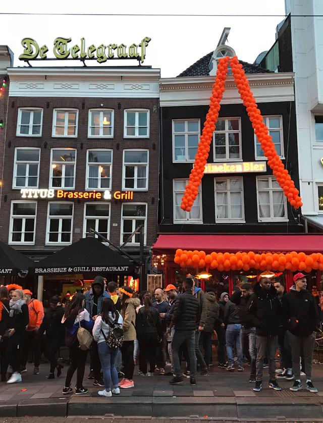Locali di Rembrandtplein decorati con palloncini arancio per il King's Day