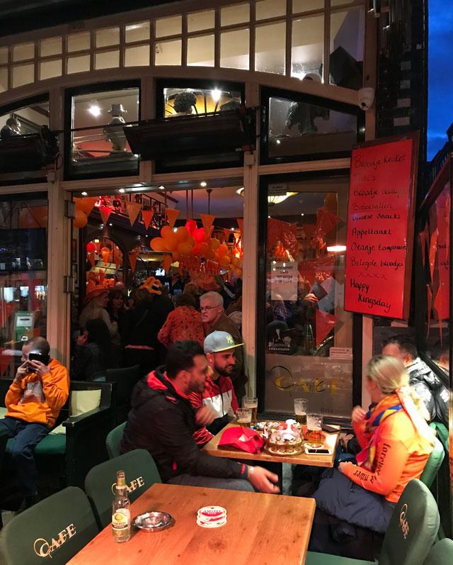 Per il King's Day i locali sono decorati a tema: bandiere olandesi e palloncini arancio ovunque