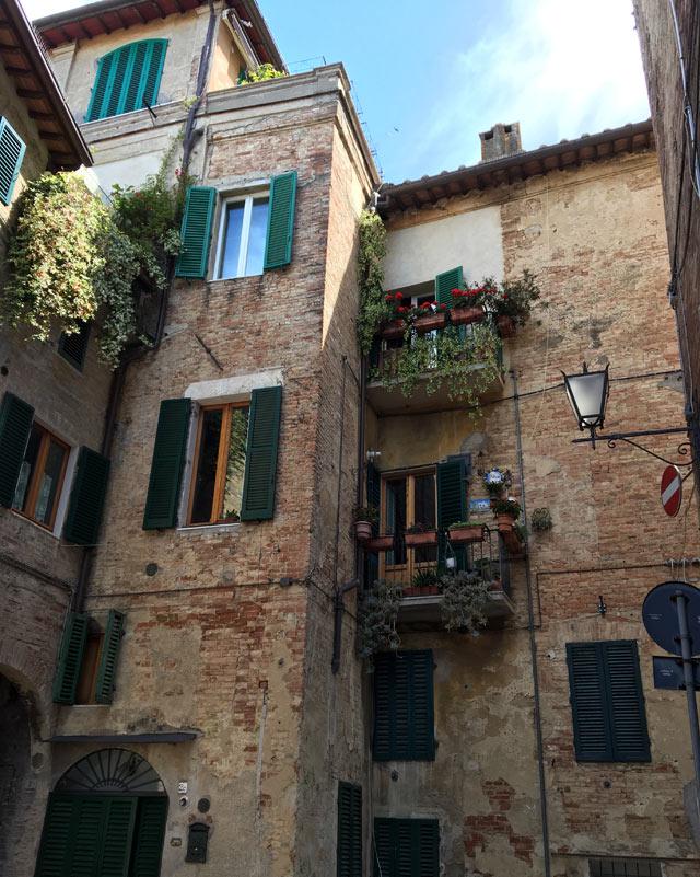 Il centro storico di Siena ha case e palazzi in mattoni a vista