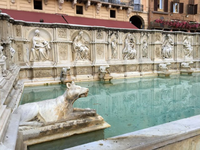 La Fonte Gaia è al centro di Piazza del Campo a Siena