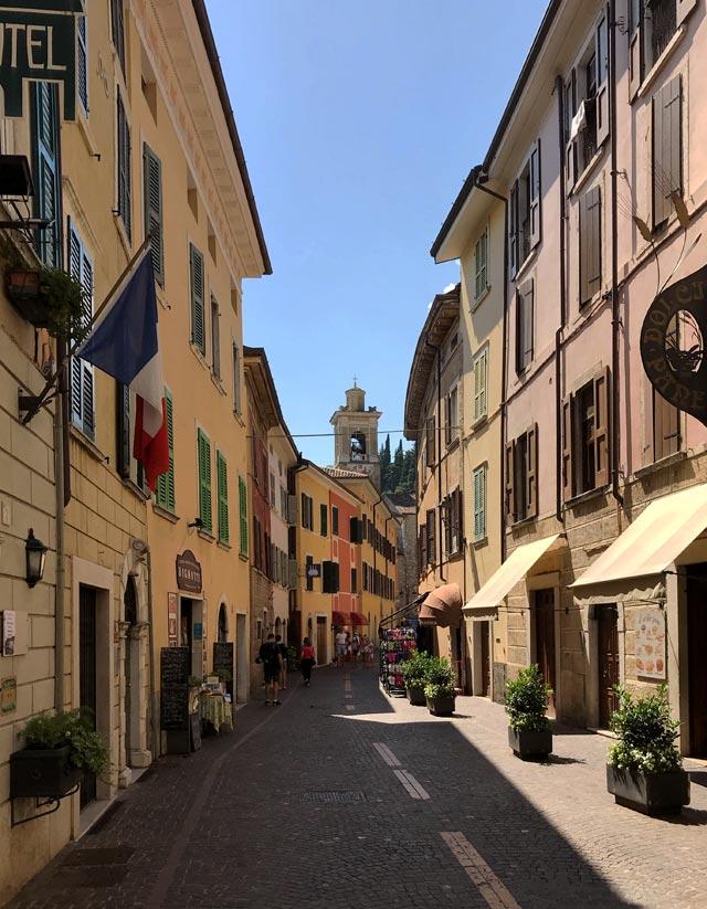 Via Roma a Gargnano congiunge il porto all'ex Convento di San Francesco