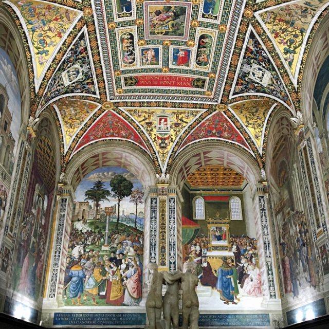 La Libreria Piccolomini è gioiello d'arte rinascimentale del Pinturicchio nel Duomo di Siena