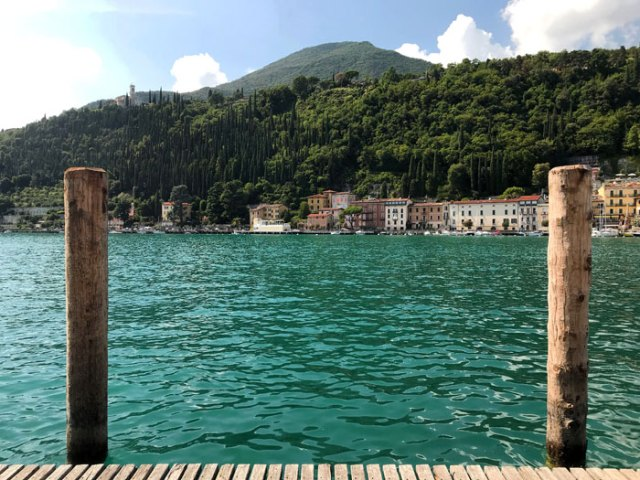 Il lungolago di Maderno abbraccia l'insenatura naturale del Lago di Garda