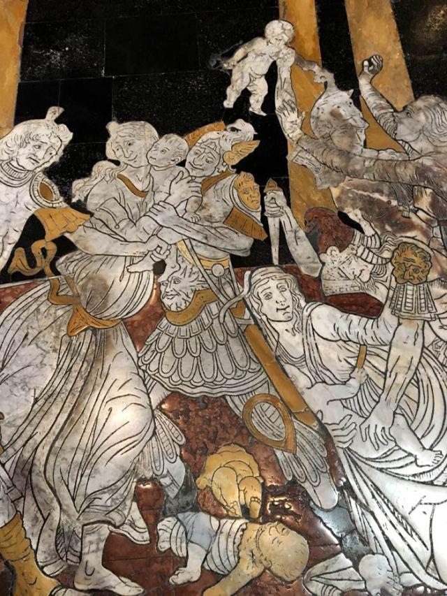 Il pavimento del Duomo di Siena ha 56 scene bibliche nel marmo intagliato